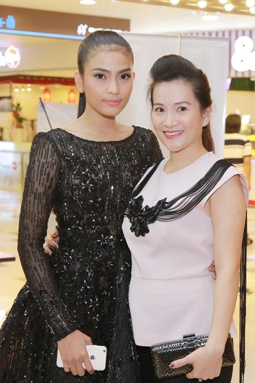 Trương Thị May diện đầm đen vẫn trẻ trung, nổi bật - 5