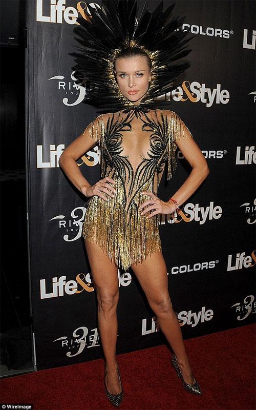 Chân dài 36 tuổi nổi nhất Halloween với váy mỏng tang - 1