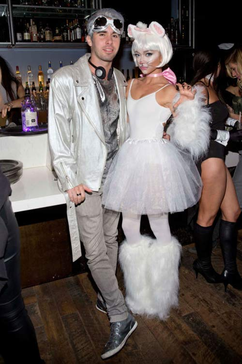 Chân dài 36 tuổi nổi nhất Halloween với váy mỏng tang - 16