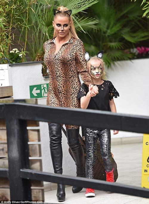 Chân dài 36 tuổi nổi nhất Halloween với váy mỏng tang - 17