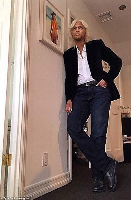 Chân dài 36 tuổi nổi nhất Halloween với váy mỏng tang - 18