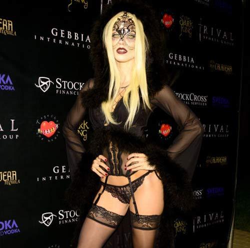Chân dài 36 tuổi nổi nhất Halloween với váy mỏng tang - 11