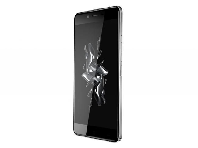 Phiên bản Onyx được làm từ kính với khung kim loại, những chất liệu vốn thường được sử dụng trên các smartphone cao cấp. Trong khi đó, bản Ceramic thì được làm nên từ gốm với khả năng chống xước và rất cứng (độ cứng đạt 8,5 H theo thang Mohs).