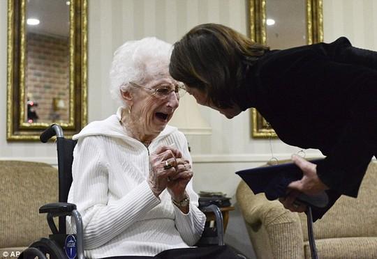 Mỹ: Cụ bà 97 tuổi bật khóc nhận bằng tốt nghiệp trung học - 1