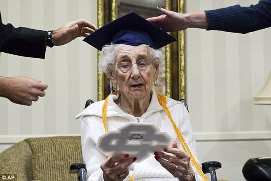 Mỹ: Cụ bà 97 tuổi bật khóc nhận bằng tốt nghiệp trung học - 2