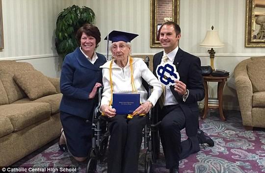 Mỹ: Cụ bà 97 tuổi bật khóc nhận bằng tốt nghiệp trung học - 3