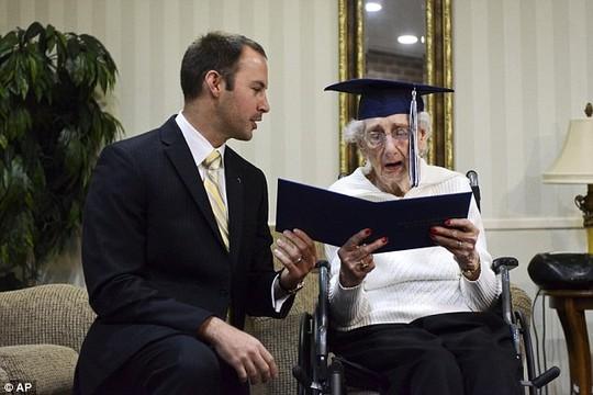 Mỹ: Cụ bà 97 tuổi bật khóc nhận bằng tốt nghiệp trung học - 4
