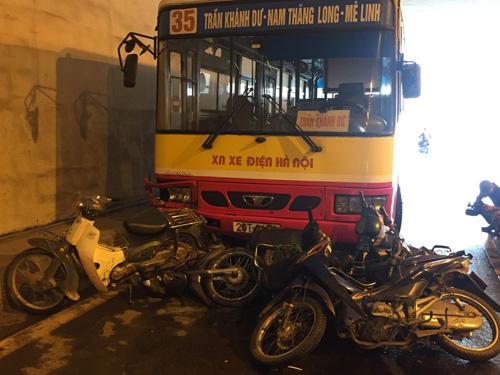 Hà Nội: Xe buýt húc đổ loạt xe máy dưới hầm Kim Liên - 1