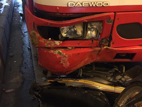 Hà Nội: Xe buýt húc đổ loạt xe máy dưới hầm Kim Liên - 3