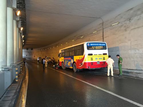Hà Nội: Xe buýt húc đổ loạt xe máy dưới hầm Kim Liên - 4