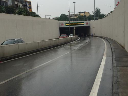 Hà Nội: Xe buýt húc đổ loạt xe máy dưới hầm Kim Liên - 5