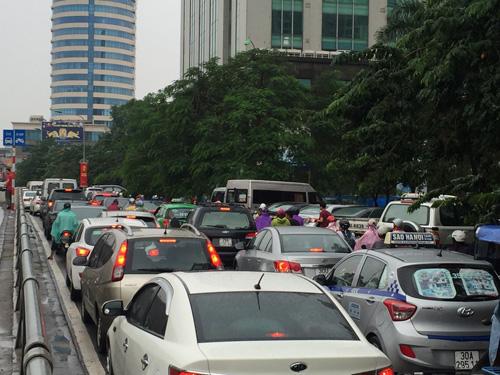 Hà Nội: Xe buýt húc đổ loạt xe máy dưới hầm Kim Liên - 6