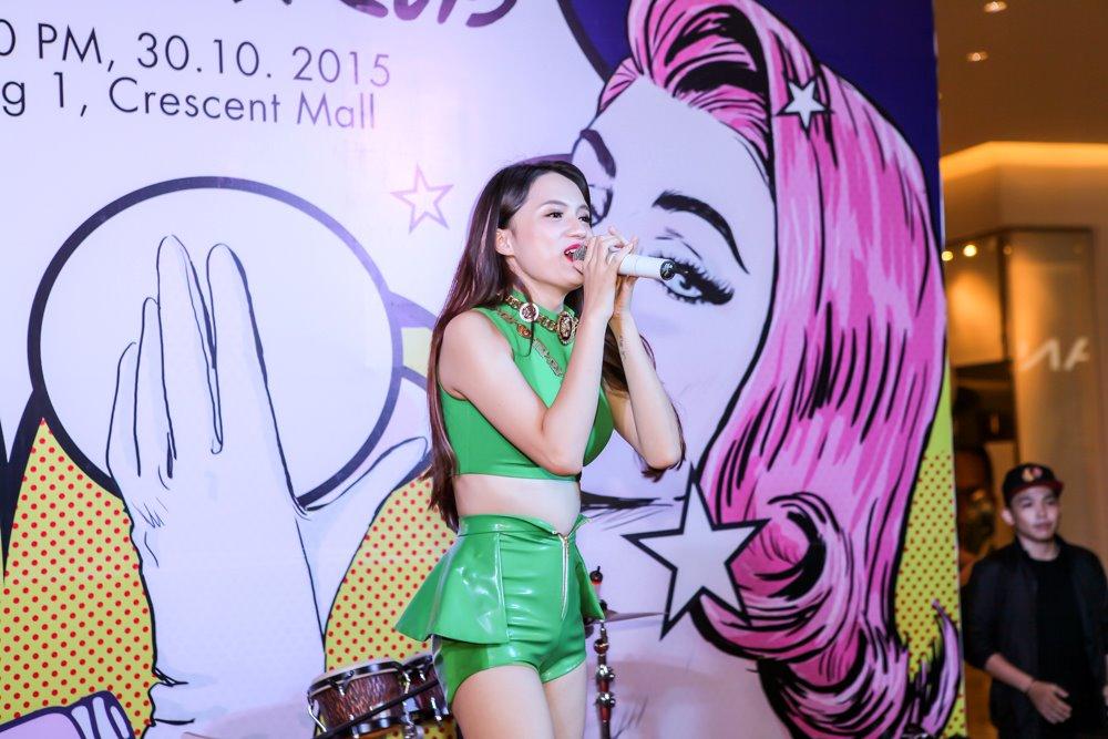 Hương Giang Idol mặc sexy hát hit của Phương Thanh - 3