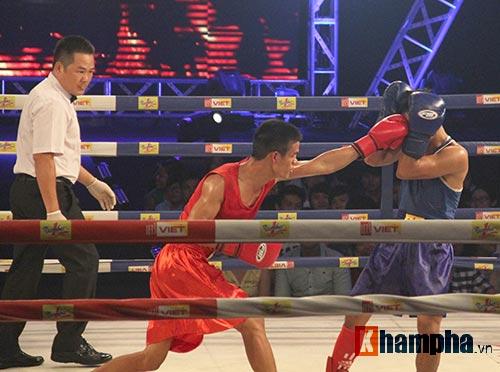 Muay Thái: Trúng seri đòn gối, võ sĩ ngã ngửa khỏi sàn đấu - 9