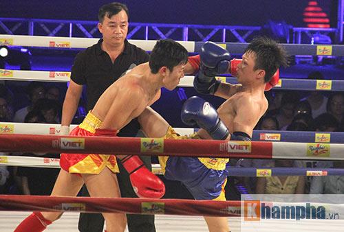 Muay Thái: Trúng seri đòn gối, võ sĩ ngã ngửa khỏi sàn đấu - 1
