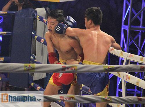 Muay Thái: Trúng seri đòn gối, võ sĩ ngã ngửa khỏi sàn đấu - 2