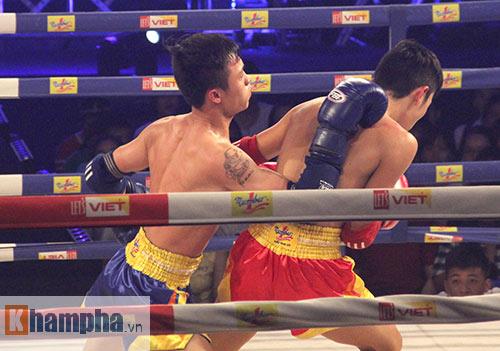 Muay Thái: Trúng seri đòn gối, võ sĩ ngã ngửa khỏi sàn đấu - 3