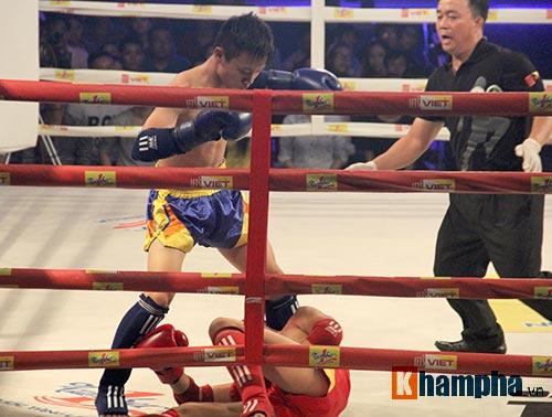 Muay Thái: Trúng seri đòn gối, võ sĩ ngã ngửa khỏi sàn đấu - 4