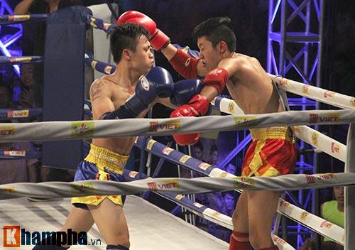 Muay Thái: Trúng seri đòn gối, võ sĩ ngã ngửa khỏi sàn đấu - 5