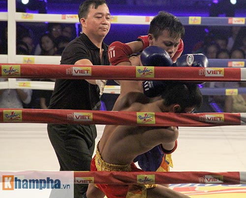 Muay Thái: Trúng seri đòn gối, võ sĩ ngã ngửa khỏi sàn đấu - 6