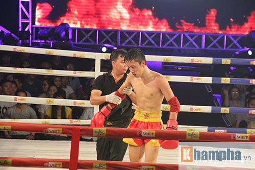 Muay Thái: Trúng seri đòn gối, võ sĩ ngã ngửa khỏi sàn đấu - 7