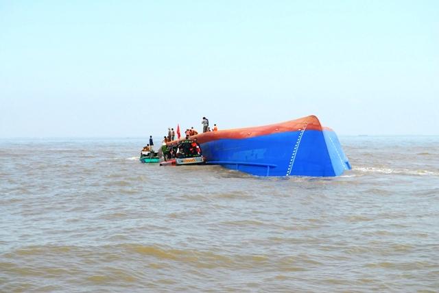 Toàn cảnh ngày đầu cứu hộ tàu hàng chìm ở Cần Giờ - 2