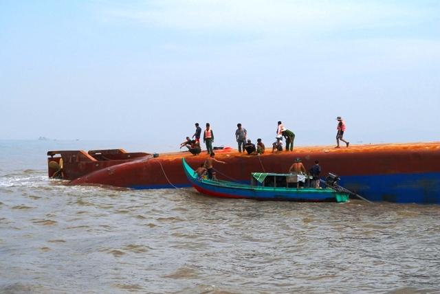 Toàn cảnh ngày đầu cứu hộ tàu hàng chìm ở Cần Giờ - 6