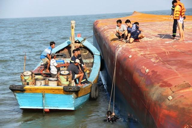Toàn cảnh ngày đầu cứu hộ tàu hàng chìm ở Cần Giờ - 9