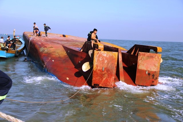Toàn cảnh ngày đầu cứu hộ tàu hàng chìm ở Cần Giờ - 10
