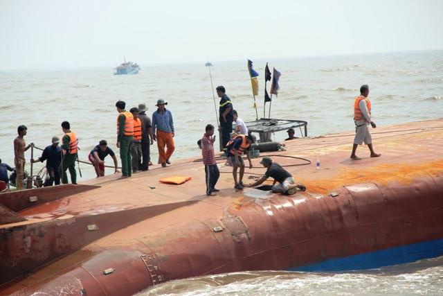 Toàn cảnh ngày đầu cứu hộ tàu hàng chìm ở Cần Giờ - 11