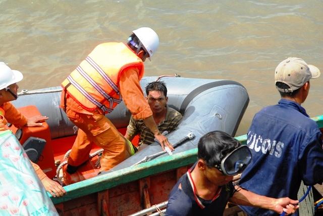 Toàn cảnh ngày đầu cứu hộ tàu hàng chìm ở Cần Giờ - 12