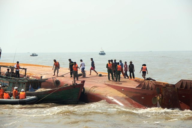 Toàn cảnh ngày đầu cứu hộ tàu hàng chìm ở Cần Giờ - 14