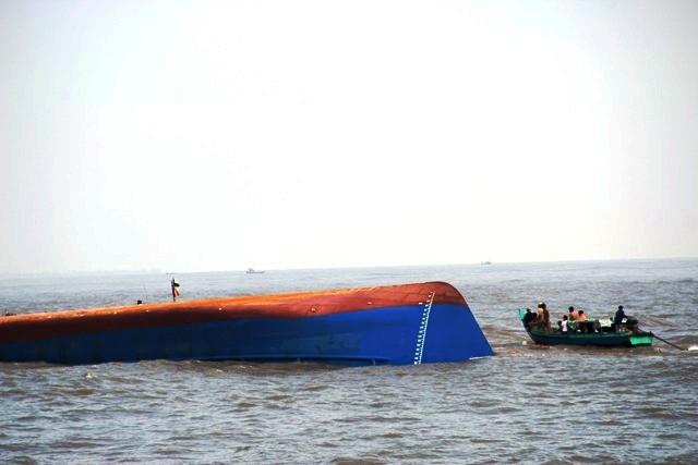 Toàn cảnh ngày đầu cứu hộ tàu hàng chìm ở Cần Giờ - 15