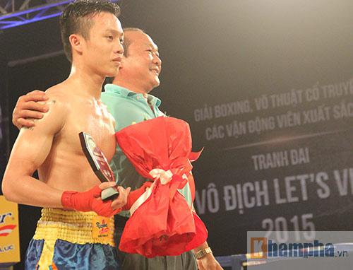 Muay Thái: Trúng seri đòn gối, võ sĩ ngã ngửa khỏi sàn đấu - 8