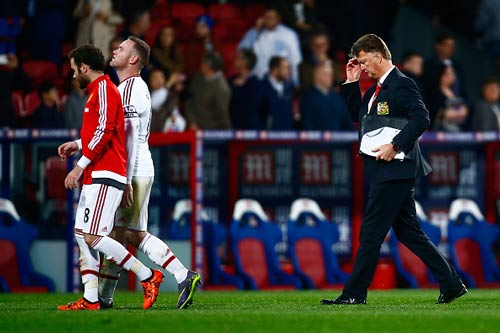 Fan xỉa xói Rooney, bất bình vì MU không biết tấn công - 1