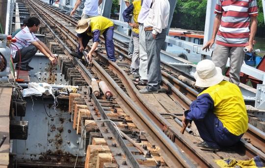 Sà lan đâm chệch đường ray xe lửa trên cầu sắt 100 tuổi - 2