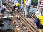 Tin tức trong ngày - Sà lan đâm chệch đường ray xe lửa trên cầu sắt 100 tuổi