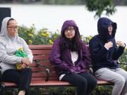 Tin tức trong ngày - Ảnh: Người Hà Nội thu mình trong áo ấm ngày đầu đông