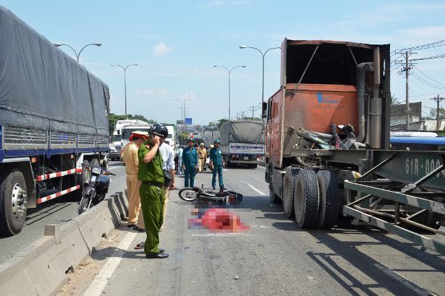 Tông dải phân cách trên cầu cấm xe máy, nam thanh niên thiệt mạng - 1