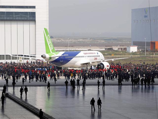 Máy bay chở khách đầu tiên do TQ tự sản xuất ra mắt - 4