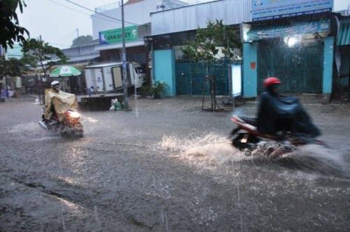 Người Sài Gòn đội mưa lớn, lội nước ngập giờ tan tầm - 1