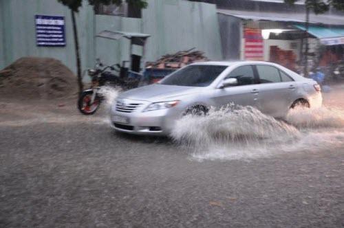 Người Sài Gòn đội mưa lớn, lội nước ngập giờ tan tầm - 2