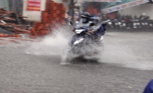 Người Sài Gòn đội mưa lớn, lội nước ngập giờ tan tầm - 3