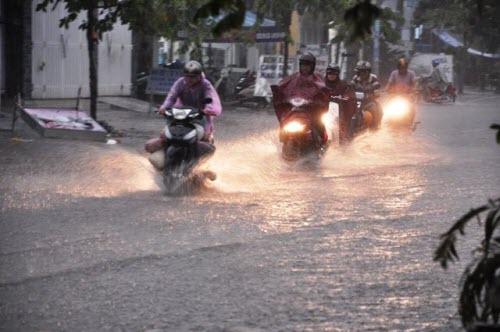 Người Sài Gòn đội mưa lớn, lội nước ngập giờ tan tầm - 4