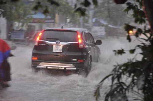 Người Sài Gòn đội mưa lớn, lội nước ngập giờ tan tầm - 5
