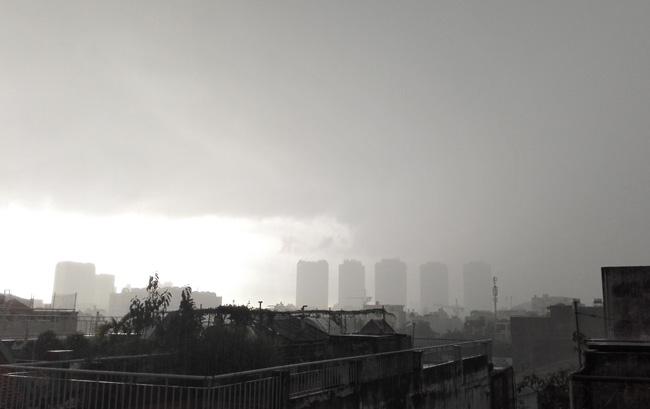 Người Sài Gòn đội mưa lớn, lội nước ngập giờ tan tầm - 11