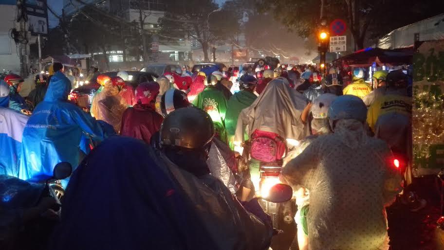 Người Sài Gòn đội mưa lớn, lội nước ngập giờ tan tầm - 6
