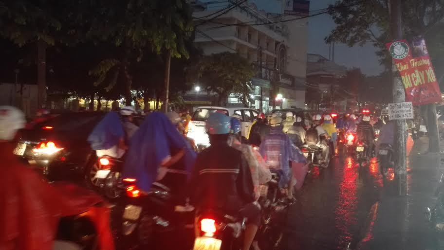 Người Sài Gòn đội mưa lớn, lội nước ngập giờ tan tầm - 7