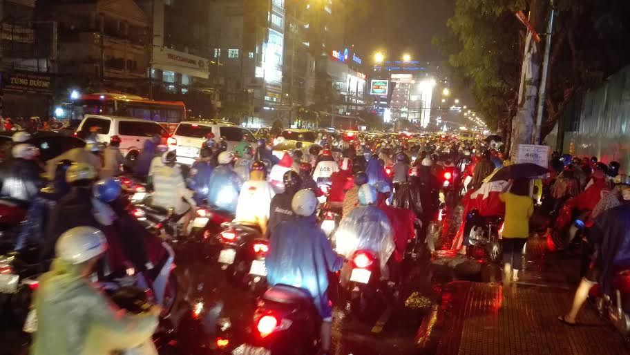 Người Sài Gòn đội mưa lớn, lội nước ngập giờ tan tầm - 8