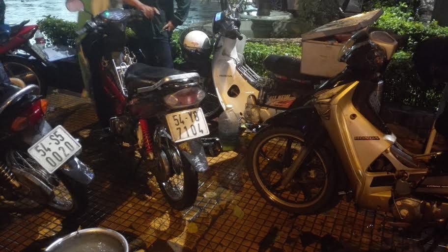 Người Sài Gòn đội mưa lớn, lội nước ngập giờ tan tầm - 9